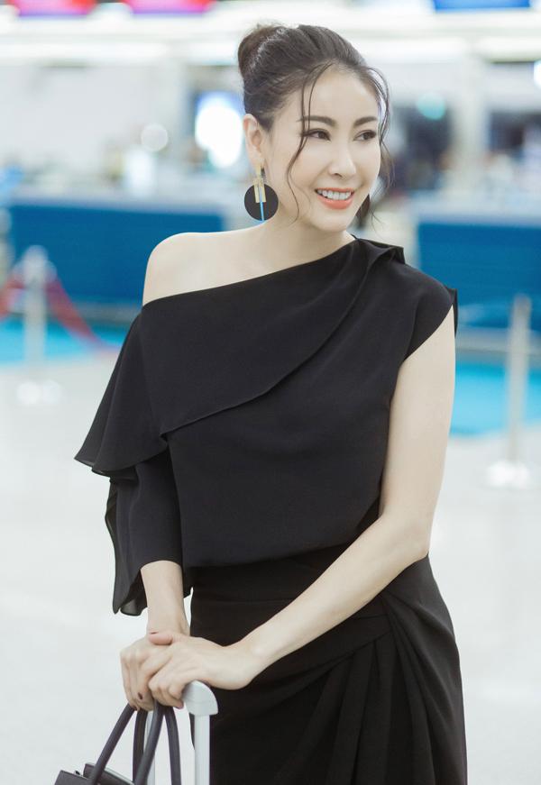 Hoa hậu Việt Nam 1992 khoe khéo bờ vai thon và làn da trắng mịn nuột nà.