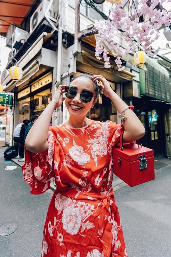 Đoan Trang yêu thích trang phục tôn lên làn da nâu đặc trưng của mình.