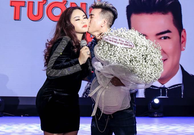 Mr Đàm tình cảm hôn má nghệ sĩ hài Lê Giang khi được cô yêu cầu.