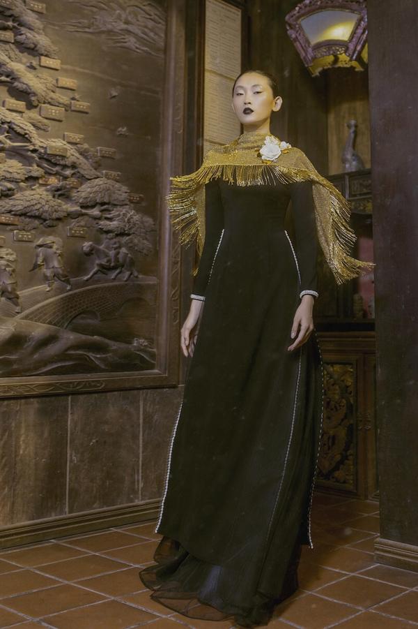Điểm nhấn của bộ sưu tập  là kiểu áo choàng ánh kim cách điệu mềm mại, đem tới   vẻ sang trọng cho các bà, các mẹ.