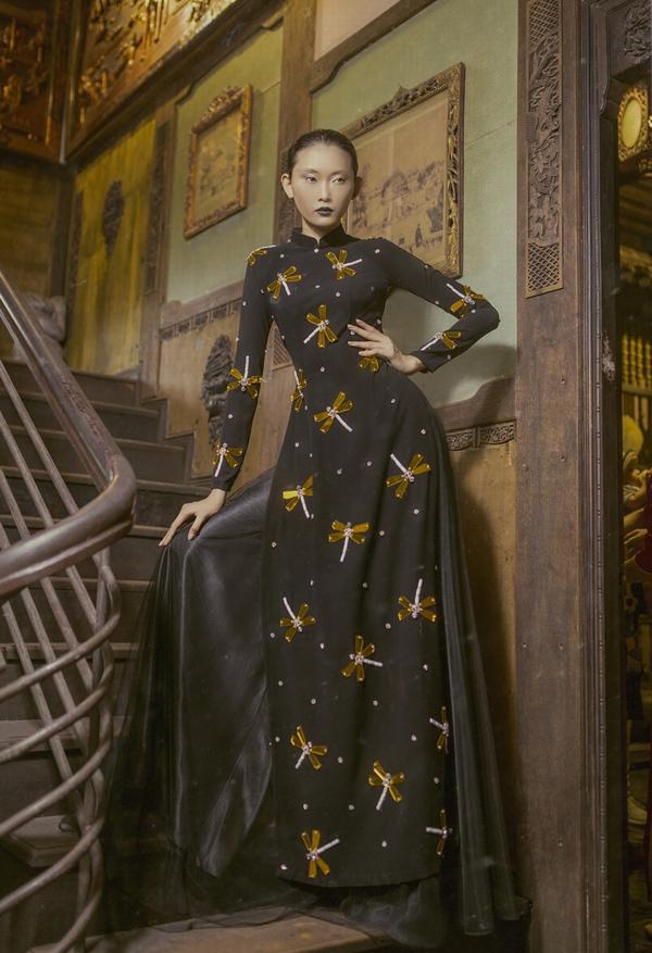 Duy trì phom dáng truyền thống nhưng loạt áo dài trở nên mới mẻ hơn nhờ ý tưởng trang trí độc đáo mà vẫn đảm bảo sự nền nã, lịch thiệp.