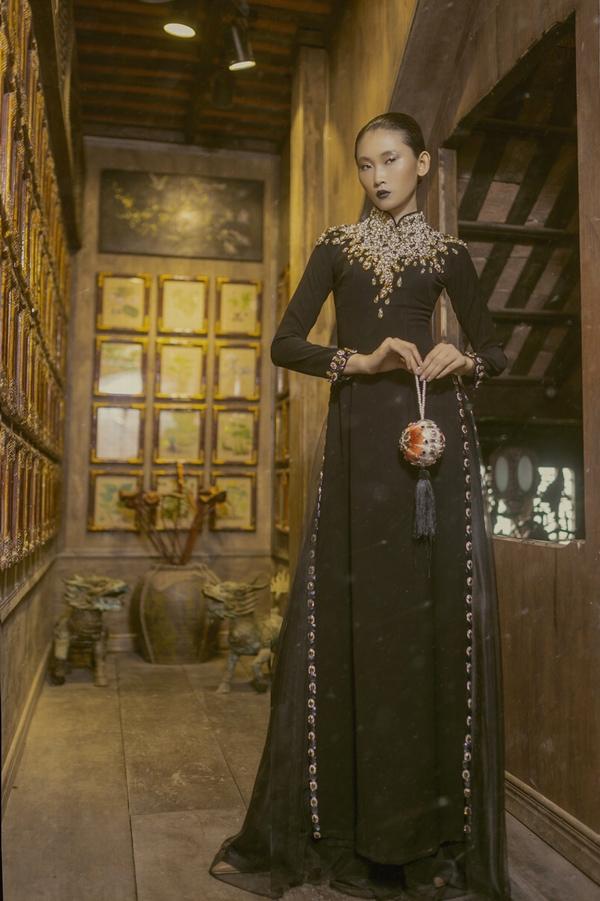 Trên nền đen chủ đạo, tất cả trang phục được thực hiện hoàn toàn thủ công, áp dụng các kỹ thuật may thêu, đính kết tân tiến.