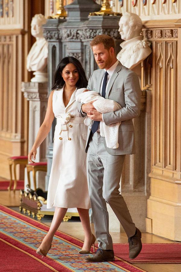 Vợ chồng Harry - Meghan chọn trang phục tông màu sáng trong lần đầu giới thiệu con trai ở lâu đài Windsor trưa 8/5. Ảnh: PA.