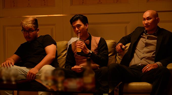 Huỳnh Anh (giữa) cùng các bạn diễn trong giờ nghỉ trên trường quay Vô gian đạo.