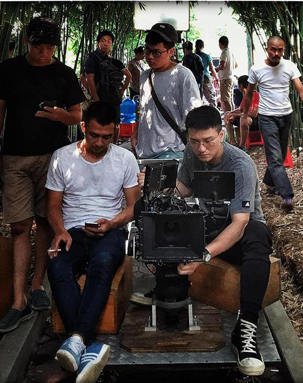 Huỳnh Anh làm việc phía sau máy quay.
