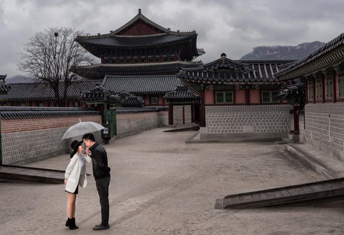Đôi vợ chồng còn rủ nhau đi thăm các công trình kiến trúc cổ ở Hàn Quốc.