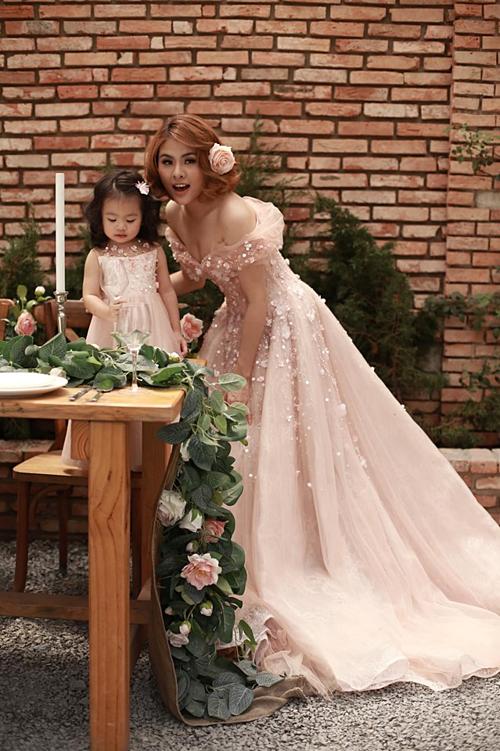 Vân Trang chia sẻ ảnh chụp cùng con gái: Nhìn công chúa Elsa Nì cũng ra dáng công chúa mà đúng không cô chú.Còn mẹ của Nì là Elsa Trang ạ.Hình chụp sao để y vậy, vì nôn nên post.