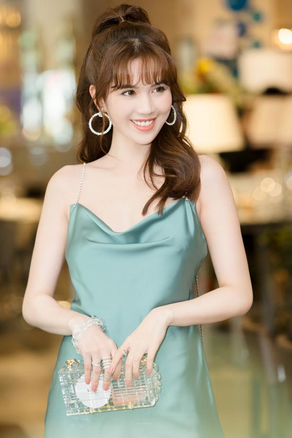 Ngọc Trinh quyến rũ với trang phục đơn giản, phụ kiện ví cầm tay trong suốt độc đáo.