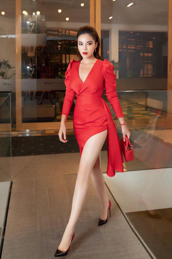 Váy lụa đỏ dựng phom tinh tế giúp phần eo của Kỳ Duyên được xiết gọn. Thêm vào đó chi tiết cut-out đãđể lộ đôi chân thon dài, gợi cảm cho người mặc. Đây cũng là trang phục mới nhất của nhà thiết kế Đỗ Long.