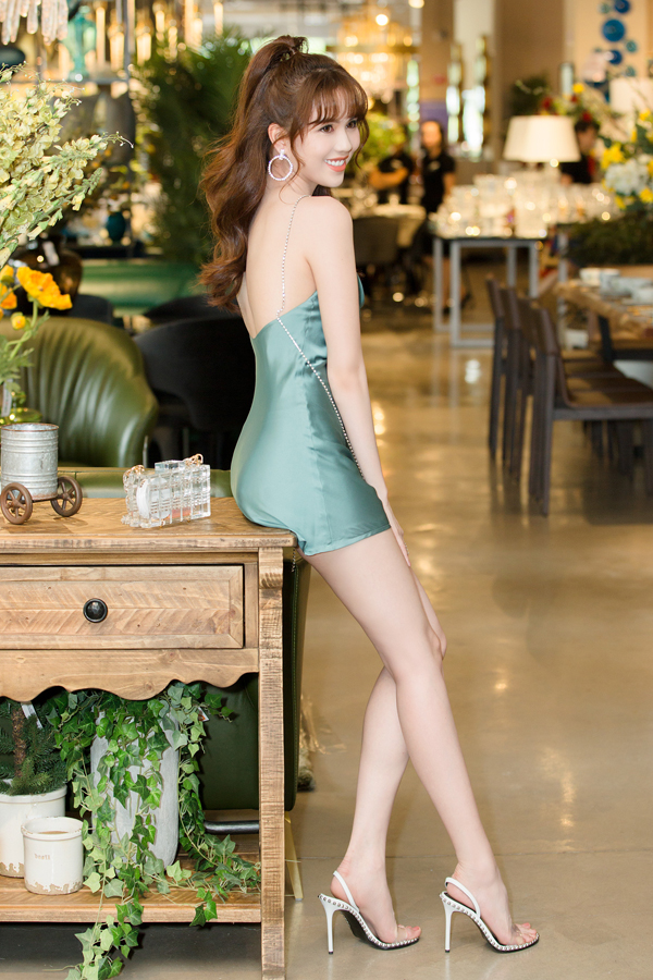 Khi tham gia các buổi tiệc mùa hè, các người đẹp nổi tiếng của showbiz Việt tạm từ bỏ những mẫu váy lưới, váy đính kết... Thay vào đó, họ ưu tiên váy lụa mềm mại và mang lại cảm giác thoáng mát. Ngọc Trinh khoe trọn lưng trần với thiết kế váy lụa, tông xanh dịu mắt của thương hiệu do cô sáng lập.