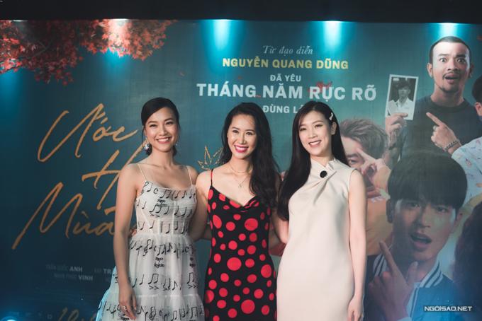 Sự kiện có sự tham gia của nhiều ngôi sao tại Hà Nội. Hoa hậu Dương Thùy Linh (giữa), Hoa hậu Áo dài Phí Thùy Linh (phải) ủng hộ bộ phim của Á hậu Hoàng Oanh.
