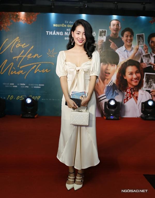 MC Thần tượng Bolero Đặng Quỳnh Chi mặc đồ tone trắng tới dự sự kiện.