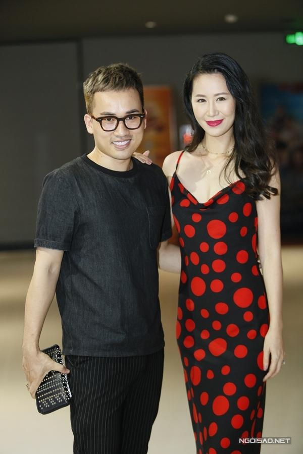 NTK Hà Duy (phải) sánh đôi Hoa hậu Dương Thùy Linh trong sự kiện.
