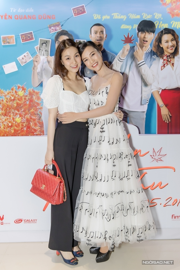 Tối 8/5, Á hậu - MC Hoàng Oanh (phải) cùng êkípƯớc hẹn mùa thu ra mắt phim tại Hà Nội. Hoa hậu Thùy Lâm bất ngờ xuất hiện ủng hộ đàn em. Hai người đẹp dành cho nhau cái ôm thân thiết tại sự kiện.