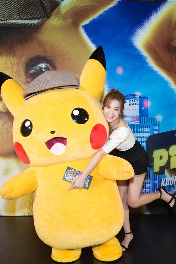 MC - diễn viên Thanh Nhã hào hứng chụp hình cùng chú Pikachu bông.