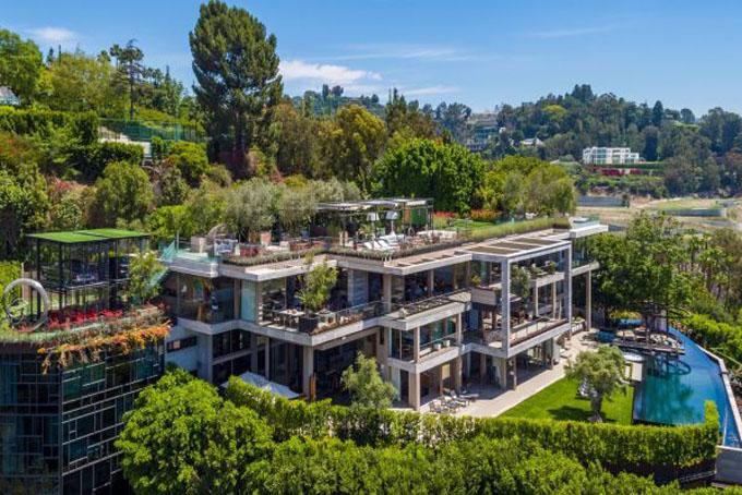 Em trai người tình Jeff Bezos,Michael Sanchez tiết lộđộng sản nằm tại số 822 đường Sarbonne với tầm nhìn thoáng đãng ra thành phố Los Angeles. Hiện nó vẫn đang được rao bán