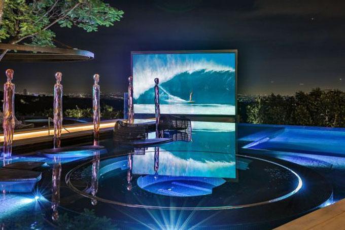 Một góc hồ bơi nơi đặt các bức tượng nghệ thuật của căn biệt thự.