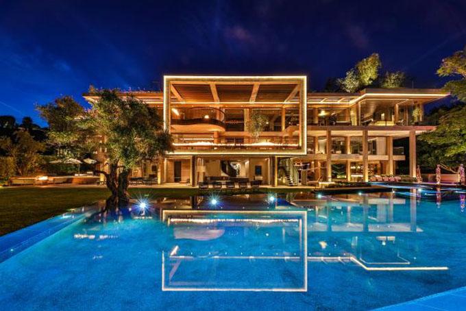 Biệt thự có 9 phòng ngủ, 15 phòng tắm, rạp hát trong nhà, studio nghệ thuật, hầm rượu, hồ bơi và gara để xe rộng lớn.