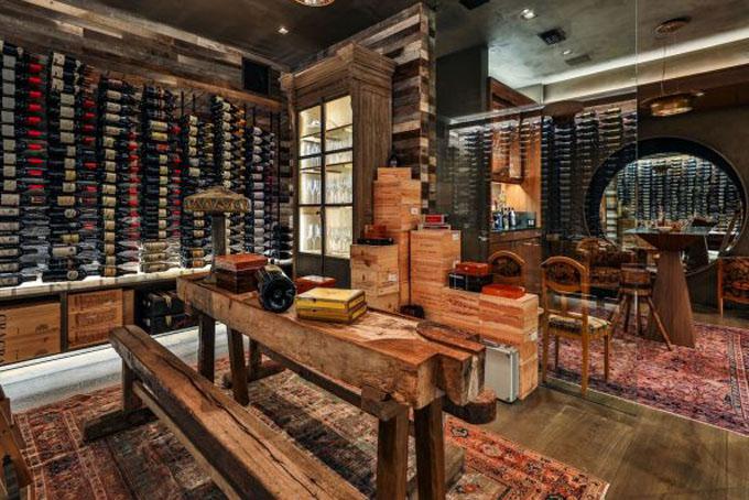Căn phòng chứa hàng trăm chai rượu vang của căn biệt thự.