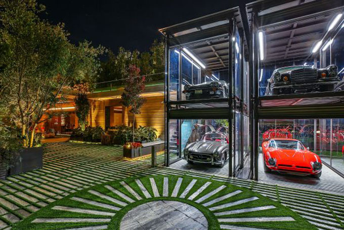Ngoài ra căn biệt thự này còn có cả phòng trưng bày bộ sưu tập xe hơi cổ.