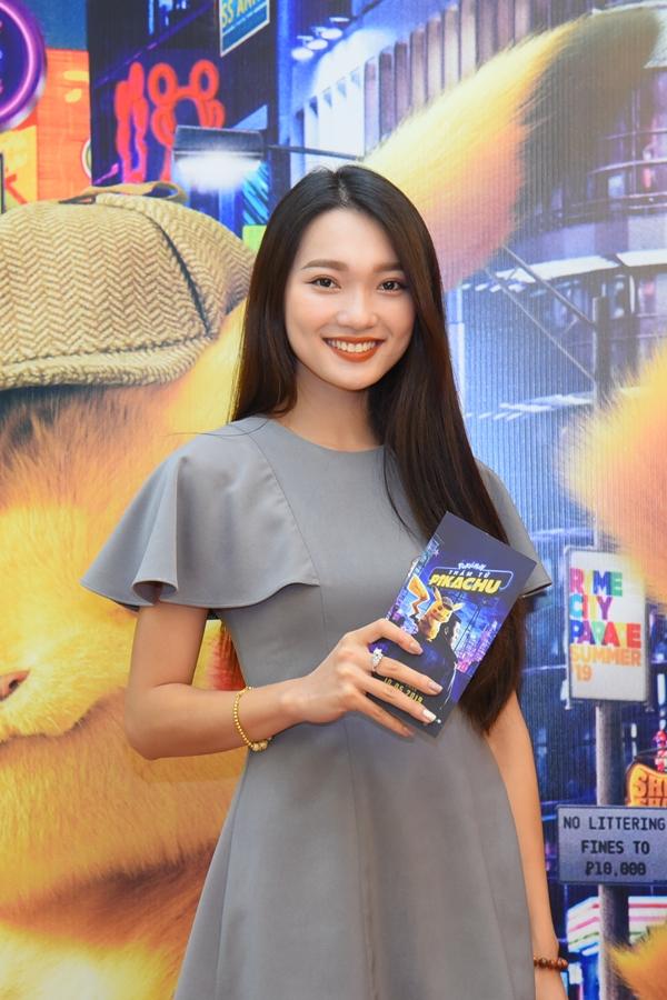 Người đẹp Hoa hậu hoàn vũ Việt Nam 2017 Ngọc Nữ diện váy đơn giản tới xem phim.