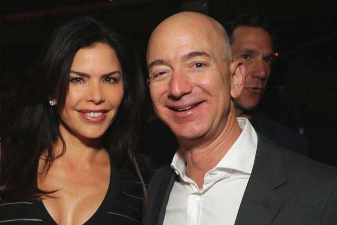Theo trang Page Six, người giàu nhất hành tinh, Jeff Bezos đã bí mật dẫn bạn gái Lauren Sanchez đến tham quan một bất động sản ở Los Angeles trị giá88 triệu USD vào tháng 12/2018 trước khi li dị vợ.