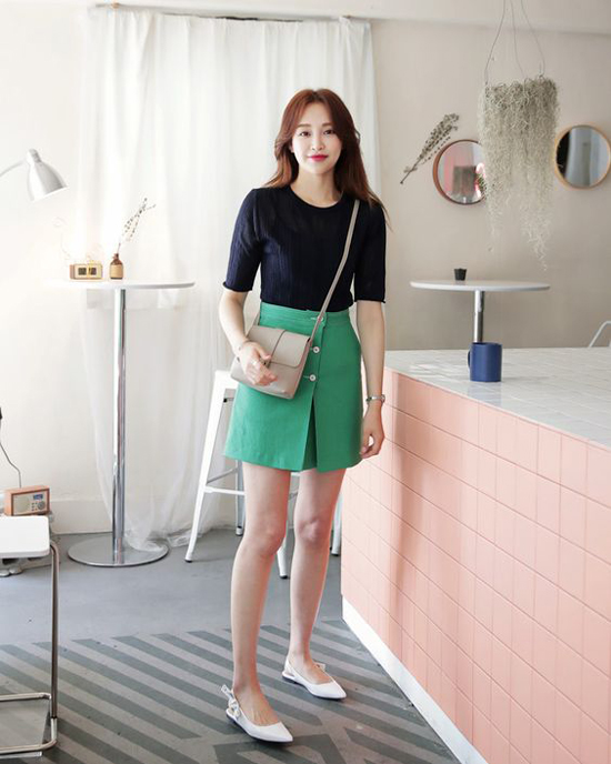 Váy chữ A, váy ngắn còn được biến tấu ấn tượng để làm phong phú phong cách thời trang dạo phố và đi làm cho phái đẹp.