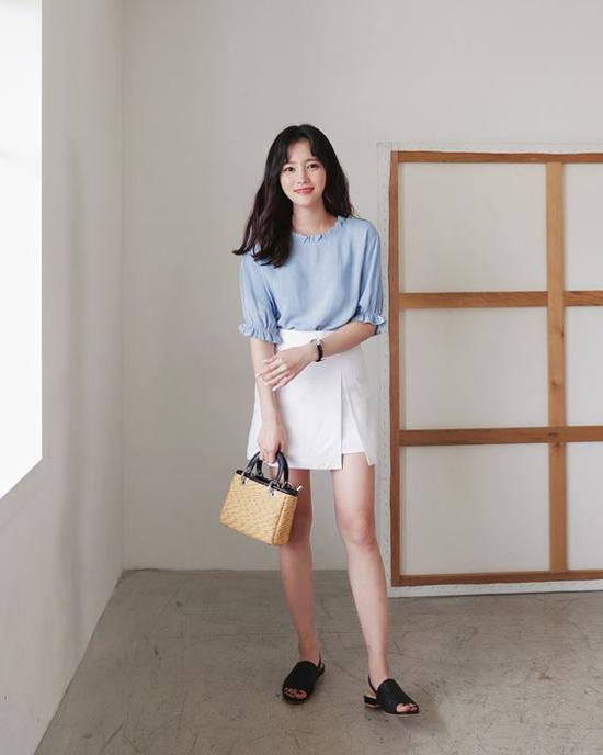 Sau sơ mi, các bạn gái có thể phối chân váy gợi cảm cùng các mẫu áo blouse trên chất liệu mềm nhẹ.
