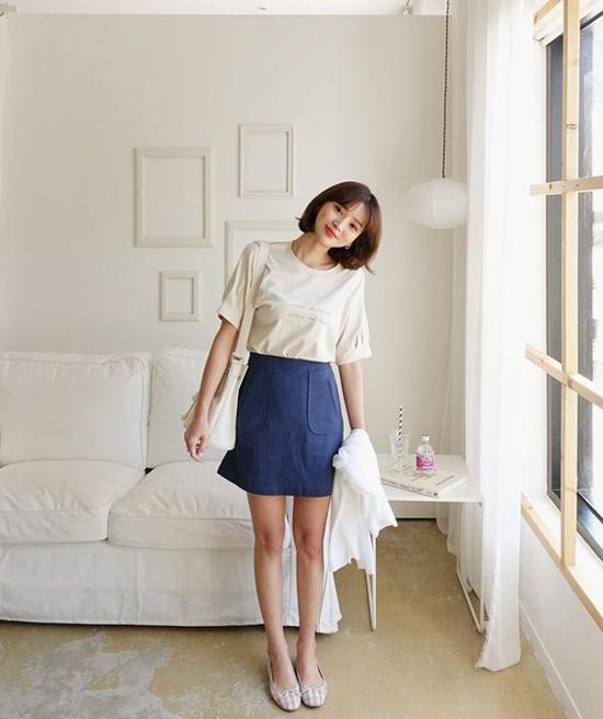Song song với những set đồ tôn nét trang nhã, chân váy chữ A còn được phối hợp ăn ý cùng các kiểu áo thun trẻ trung.