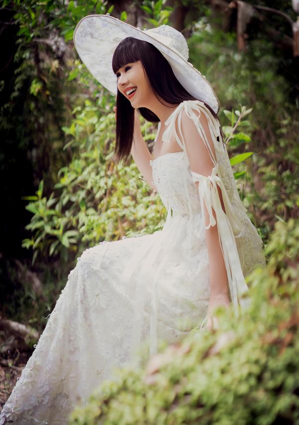 Bên cạnh việc nhờ các người mẫu chuyên nghiệp thể hiện bộ sưu tập của mình, Hằng Nguyễn thỉnh thoảng tự làm mẫu ảnh.