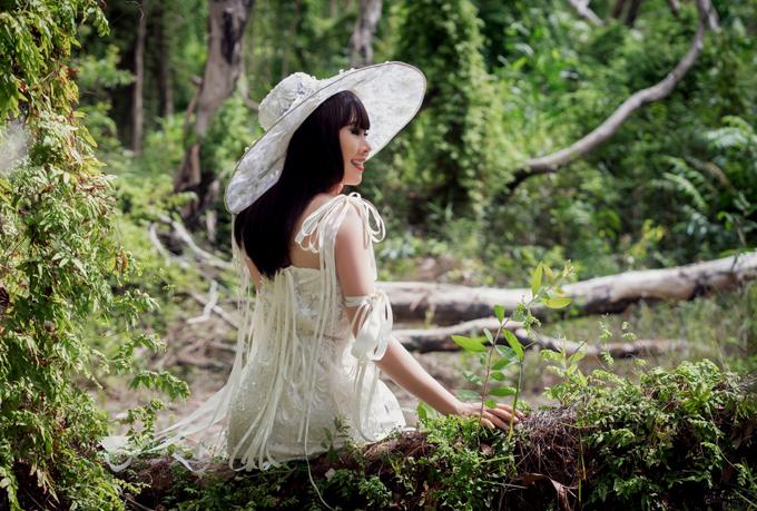 Hoa hậu trong trẻ trung, điệu đà với các mẫu váy áo gam trắng thắt dây.