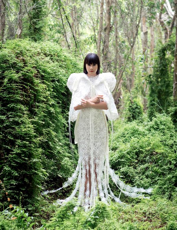 Hằng Nguyễn trông quyền lực khi diện bộ cánh may bằng vải ren hoa - chất liệu được nhiều người yêu thích hiện nay.