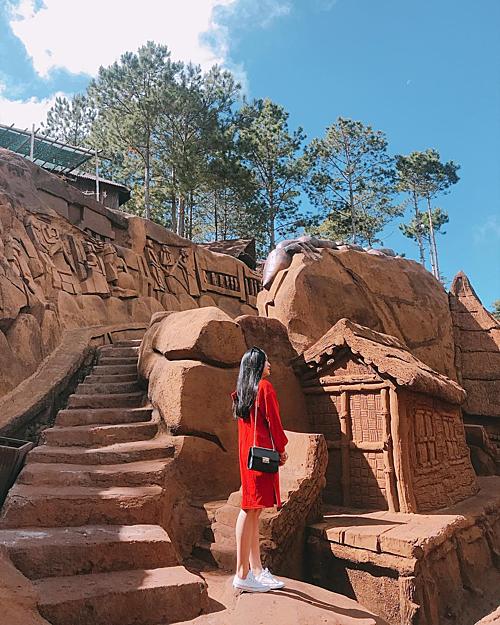 Khu du lịch được chia làm 3 giai đoạn. Giai đoạn 1 mô phỏng Đà Lạt thưở hoang sơ với những căn nhà đất đỏ bazan, thác nước, nhà đồng bào, cao nguyên Lang Biang... Ảnh: hganh.lng