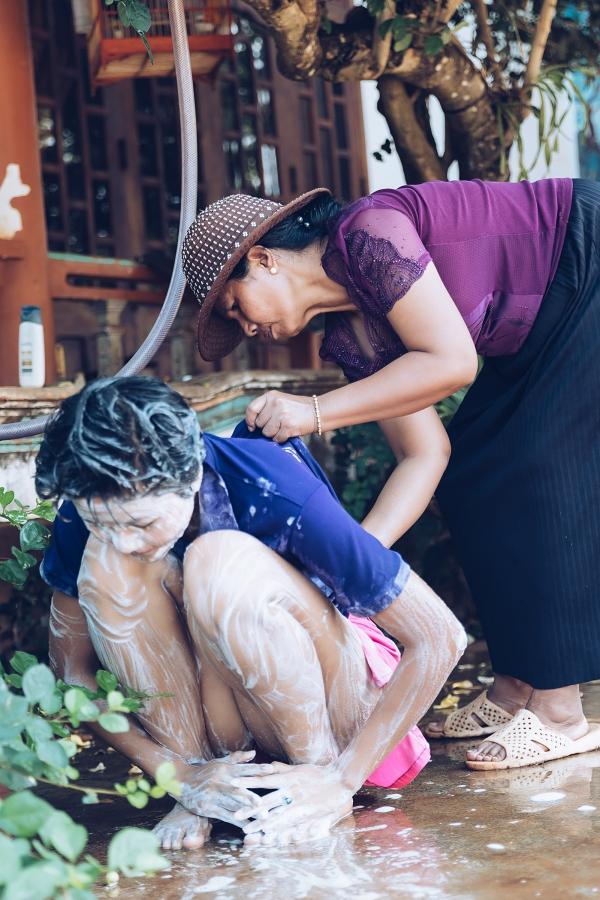 HHen Niê được mẹ tắm gội khi về thăm nhà - 2