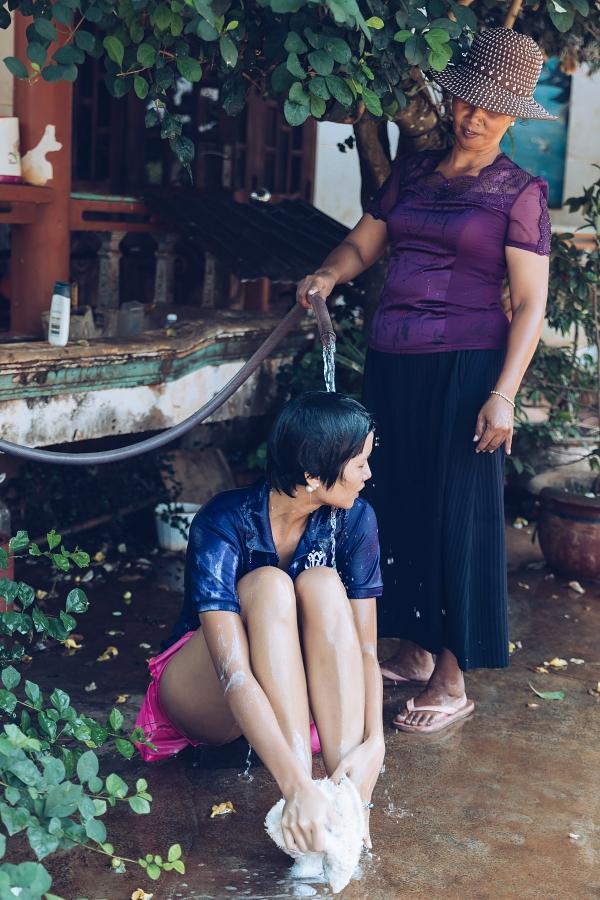 HHen Niê được mẹ tắm gội khi về thăm nhà - 3