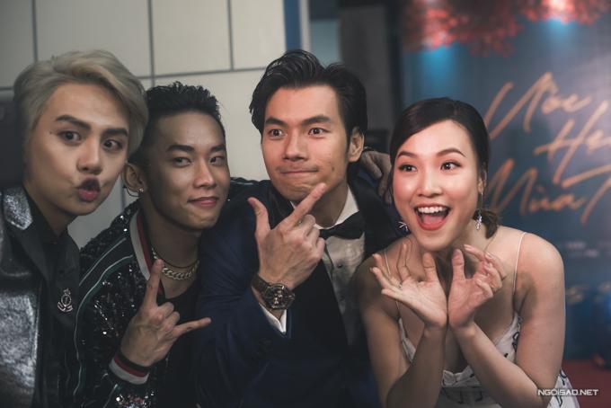 Hoàng Oanh, Nhan Phúc Vinh, Kay Trần và Duy Khánh (từ phải qua) tạo dáng vui nhộn trong sự kiện ra mắt Ước hẹn mùa thu ở Hà Nội.