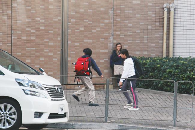 Cánh paparazzi Hong Kong ghi lại cảnh con trai lớn của Tạ Đình Phong, bé Lucas tan học về nhà. Mẹ bận rộn nên cậu được người giúp việc đón rước mỗi ngày. Ngay khi ra khỏi cổng trường, Lucas vội vã ra xe về nhà.