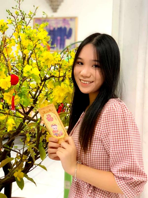 17 tuổi, cao khoảng 1,7m và được nhận xét vẻ ngoài xinh đẹp. Dù nhiều người khuyên nên thi hoa hậu khi đến tuổi trưởng thành, cô cho biết không suy nghĩ đến việc đó vì chưa đủ tự tin. Diễn viên Trịnh Kim Chi cũng không khuyến khích con vì các cuộc thi nhan sắc quá phức tạp.