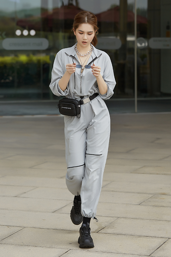 Sau khi lăng xê loạt áo hở eo tôn nét gợi cảm, Ngọc Trinh xoay 180 độ với hình ảnh năng động cùng trang phục streetwear. Phong cách được giới trẻ và nhiều ngôi sao thế giới ưa chuộng ở những năm gần đây.