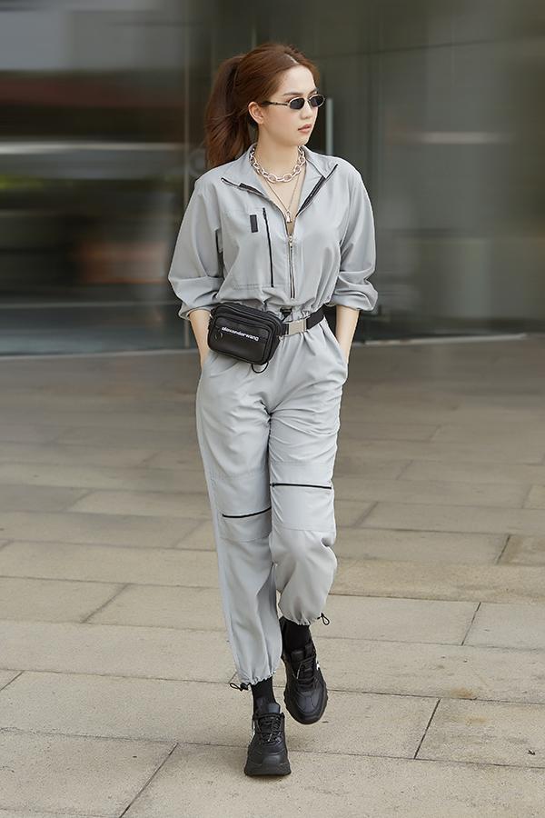 Một Ngọc Trinh hoàn toàn khác biệt phong cách sexy với bộ đồ bay màu xám. Các phụ kiện hot trend cũng được lựa chọn để người đẹp hoàn thiện set đồ.