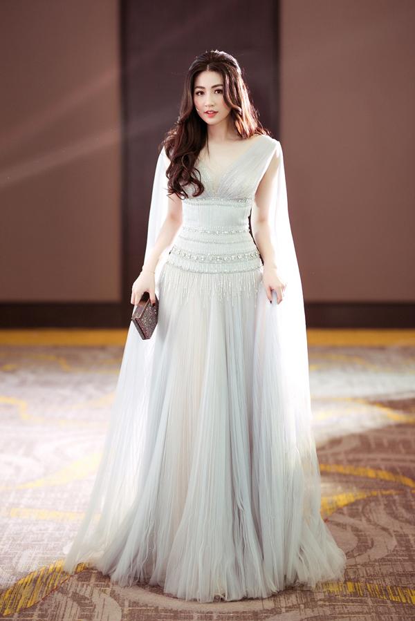 Hôm qua (11/5), Tú Anh bay vào Sài Gòn làm khách mời trong một sự kiện làm đẹp. Á hậu diện váy dạ hội lộng lẫy, tôn lên nhan sắc trẻ trung dù đã là gái một con.