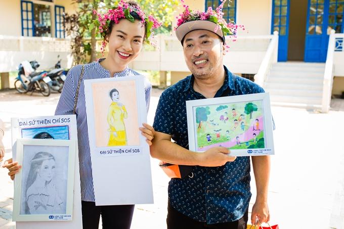 Cuối tuần qua, Á hậu Hoàng Oanh và đạo diễn Nguyễn Quang Dũng đến thăm làng trẻ SOS Huế. Hai nghệ sĩ được các em nhỏ chào đón nồng nhiệt với nhiều bức tranh và vòng hoa cài đầu.