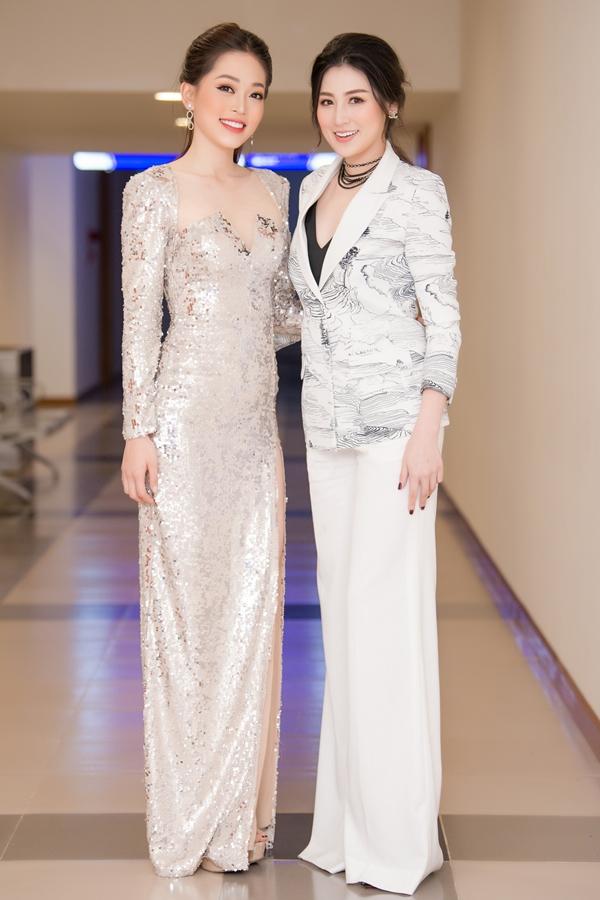Phương Nga chọn váy dạ hội sequin lấp lánh, trong khi Tú Anh thanh lịch với bộ suit màu trắng. Hiện tại, Tú Anh tập trung chăm lo tổ ấm nhỏ, Phương Nga tiếp tục học tập tại Đại học Kinh tế Quốc dân.