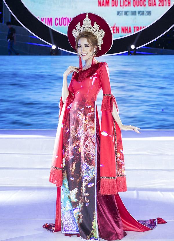 [Caption  Tối 11.5, đương kim Hoa hậu Đại sứ Du lịch Thế giới 2018 - Phan Thị Mơ đã vinh hạnh được xuất hiện ở vị trí đặc biệt trong show trình diễn bộ sưu tập áo dài mới của nhà thiết kế Nhật Dũng. Chương trình này nằm trong khuôn khổ lễ khai mạc Năm du lịch Quốc gia và Festival Biển Nha Trang diễn ra tại quảng trường 2/4, Nha Trang.  Để có sự xuất hiện chỉn chu nhất có thể, người đẹp Tiền Giang đã phải chạy đua với lịch trình công việc dày đặc để có mặt thật sớm trong buổi tổng duyệt chương trình. Vì là vedete của show nên Phan Thị Mơ được chăm sóc khá kỹ lưỡng, mất hơn 3 giờ đồng hồ để trang điểm và làm tóc cho phù hợp với chủ đề của đêm diễn. Và chính vì lịch trình quá bận rộn nên cô thậm chí không kịp ăn gì suốt một ngày ròng rã chạy chương trình. Trước giờ G, người đẹp đã lên trang cá nhân cầu cứu fan rằng: Ai có mặt ở quãng trường 2/4 gặp bé tối nay...mua cho bé miếng bánh chai nước với.