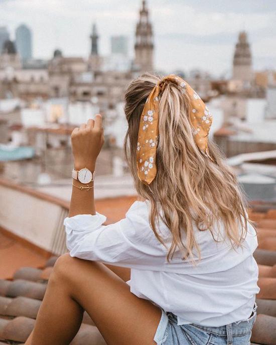 Khăn lụa dùng để buộc tóc thường có sắc màu và họa tiết bắt mắt. Chi tiết này giúp món phụ kiện đơn giản trở thành điểm nhấn nhẹ nhàng cho tổng thể.