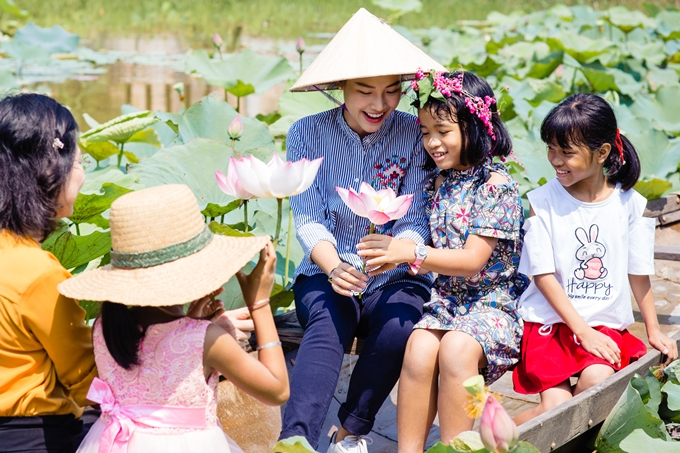 Trong chuyến thăm, Hoàng Oanh có dịp cùng các em nhỏ đi thuyền hái hoa sen. Dù trời hơi nắng gắt, người đẹp cảm thấy hứng thú với trải nghiệm đặc biệt.