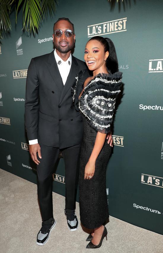 Hai vợ chồng ngôi sao nổi tiếng cùng chọn sắc đen đồng điệu để xuất hiện trong buổi ra mắt phim.