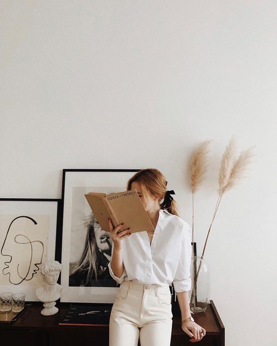 Tận dụng những kiểu khăn lụa, khăn buộc cổ hay thậm chí là dải ruy băng, nhiều cô nàng giúp mình dễ thở trong nắng hè với lối buộc tóc đơn giản.