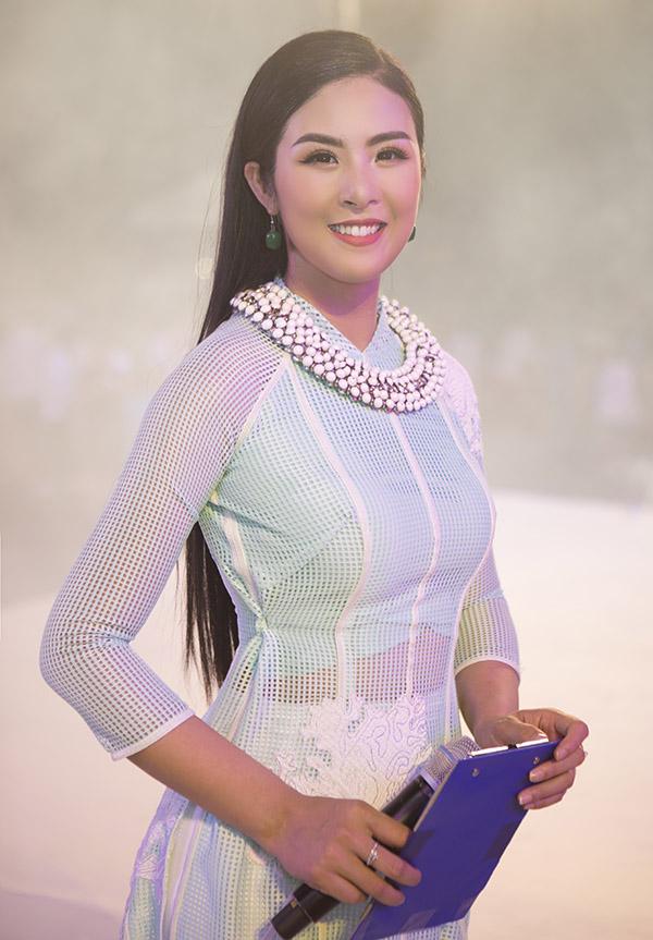 Hoa hậu Ngọc Hân đảm nhiệm vai trò MC trong lễ khai mạc Festival Biển Nha Trang - Khánh Hòa 2019.