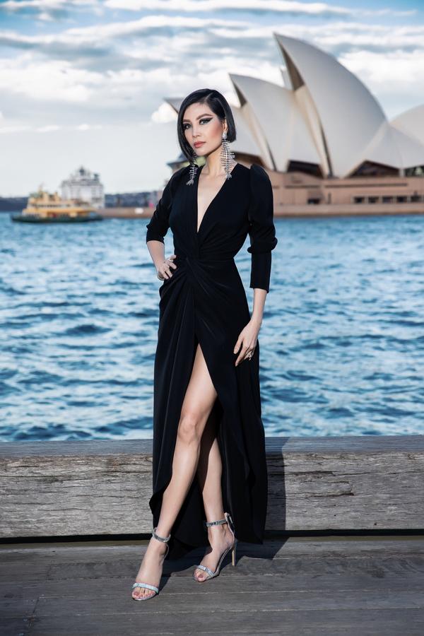 Cựu siêu mẫu Vũ Cẩm Nhung gây bất ngờ với hình ảnh trẻ trung và cá tính khi diện váy xẻ cao. Phụ kiện ánh kim được chọn lựa một cách hợp lý để tạo nên tổng thể hoàn hảo.